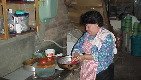 A La Llave volunteer prepares food for the Soup Kitchen